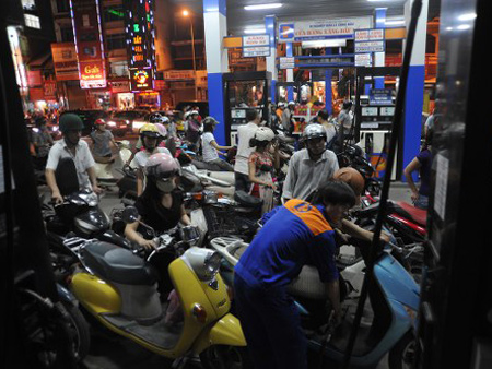 Người dân đổ xô đi mua xăng trước giờ tăng giá.