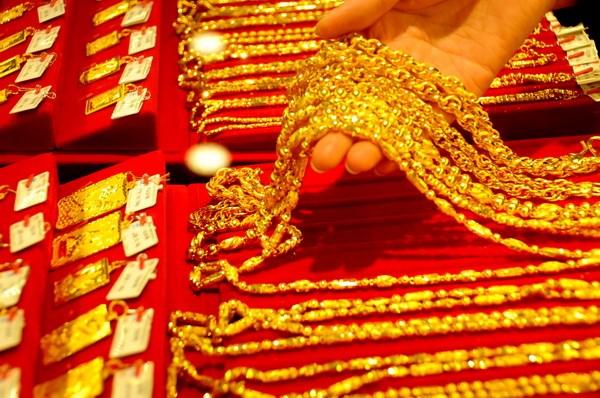 Giá vàng giảm xuống mức thấp nhất trong 9 tháng qua