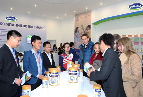 Đại diện Vinamilk đang giới thiệu đến người tiêu dùng Nga những sản phẩm chất lượng, đa dạng của Vinamilk  công ty sữa hàng đầu tại Việt Nam và thương hiệu sữa duy nhất trong ngành sữa Việt Nam 4 lần liên tiếp đươc Chính phủ Việt Nam vinh danh Thương hiệu Quốc gia